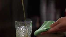 Hällande coctail för bartender med rom, slut upp lager videofilmer