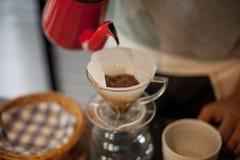 Hällande droppandekaffe royaltyfri foto