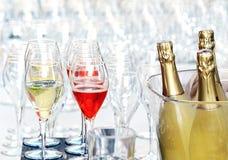 Hällande exponeringsglas av champagne för en händelse Arkivfoto