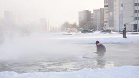 Hällande isisbana för manlig arbetare på en frostig vinterdag, ultrarapid stock video