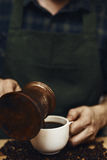 Hällande kaffe för man arkivfoto