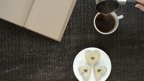Hällande kaffe in i en vit kopp lager videofilmer