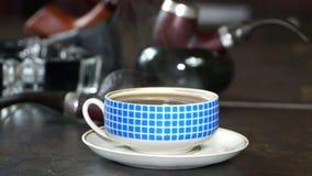 Hällande kaffe in i koppen stock video