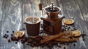 Hällande kaffe in i koppen lager videofilmer