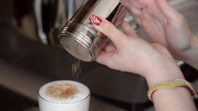 Hällande kanel in i en kopp kaffe lager videofilmer