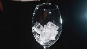 H?llande kuber f?r en is in i ett isolerat exponeringsglas Ultrarapid 100fps lager videofilmer