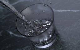 Hällande kvicksilver i ett frostat exponeringsglas stock illustrationer