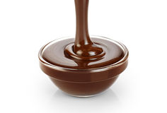 Hällande mörker smältte choklad som isolerades på vit bakgrund royaltyfri fotografi