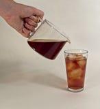 Hällande med is te Arkivfoton