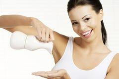Hällande olivolja för ung kvinnamasseuse Arkivfoton