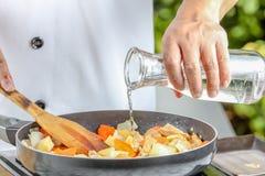 Hällande olja för kock Arkivfoto