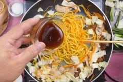 Hällande ostronsås för kock för att laga mat den Yakisoba nudeln Royaltyfri Fotografi