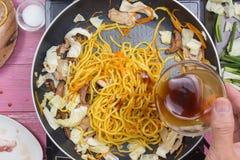 Hällande ostronsås för kock för att laga mat den Yakisoba nudeln Royaltyfri Bild
