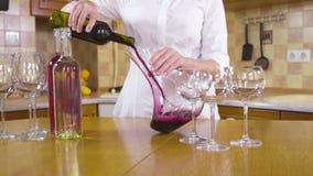 Hällande rött vin för kvinna in i en kanna lager videofilmer