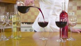 Hällande rött vin för kvinna i ett exponeringsglas stock video