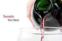 hällande rött vin för man royaltyfri fotografi