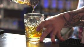 Hällande rom för bartender i exponeringsglaset stock video