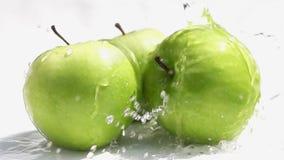 Hällande sötvatten på de gröna äpplena arkivfilmer
