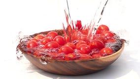 Hällande sötvatten till högen av Cherry Tomatoes på vit bakgrund stock video