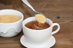 Hällande socker royaltyfri foto
