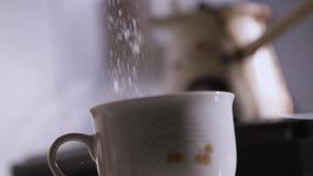 Hällande socker in till en kaffekopp stock video