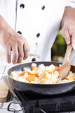 Hällande soppa för kock till pannan för att laga mat japansk grisköttcurry Royaltyfria Bilder