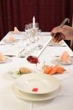 Hällande soppa i en soppaplatta på den tjänade som tabellen med en slev Arkivbild