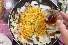 Hällande soya för kock för att laga mat den Yakisoba nudeln Royaltyfria Foton