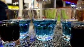 Hällande starksprit för klassisk bartender från ett kort exponeringsglas till ett coctailexponeringsglas stock video