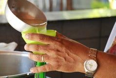Hällande Sugar Cane Juice royaltyfri fotografi