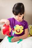 Hällande te för ung flicka Fotografering för Bildbyråer