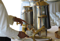 hällande tea Fotografering för Bildbyråer