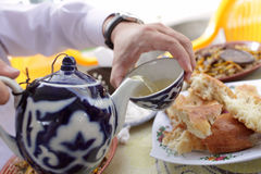 hällande tea för koppman Arkivfoton