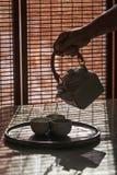 hällande teateapot Fotografering för Bildbyråer