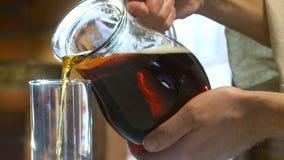 Hällande traditionell ryssdrinkkvass plats Rysk kvass hälls in i ett exponeringsglas lager videofilmer