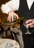 hällande uppassare för champagne royaltyfri foto