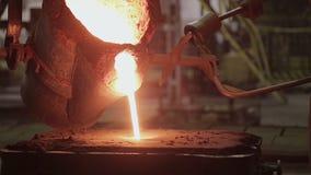 Hällande vätskemetall på stålväxten lager videofilmer