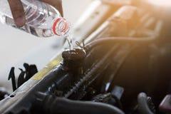 Hällande vatten för hand för element i bil royaltyfri bild