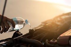 Hällande vatten för hand för element i bil royaltyfri foto