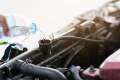 Hällande vatten för hand för element i bil På grund av värmen är royaltyfria foton