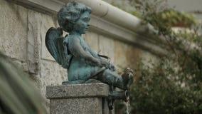 Hällande vatten för kupidonpojkespringbrunn, gammal stadarkitektur i Batumi, förälskelsesymbol arkivfilmer