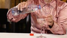 Hällande vatten för oigenkännlig hög kvinna sund livstid för begrepp livsstil 4K stock video