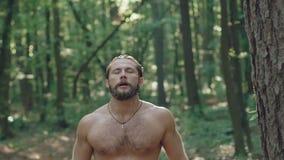 Hällande vatten för stark man på honom från kanister i skog långsamt arkivfilmer