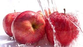 Hällande vatten på de röda äpplena stock video