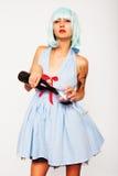 Hällande vin för attraktiv modellkvinna i ett exponeringsglas Arkivfoto
