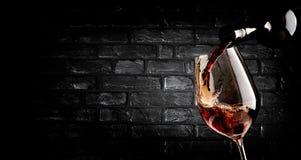 Hällande vin- och tegelstenvägg royaltyfri foto
