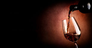 Hällande vin på brunt royaltyfria bilder
