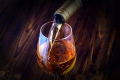 hällande vit wine för exponeringsglas Royaltyfria Bilder