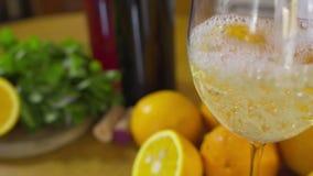 Hällande vitt vin för kvinna i en glass closeupultrarapid stock video