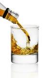 hällande whiskey för exponeringsglas arkivfoton